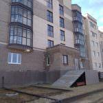 korpus 6 s 3 ukladka bordyurnogo kamnya 150x150 - Дом 10 - Завершается установка и обвязка колонн второго и третьего этажей в секции 2