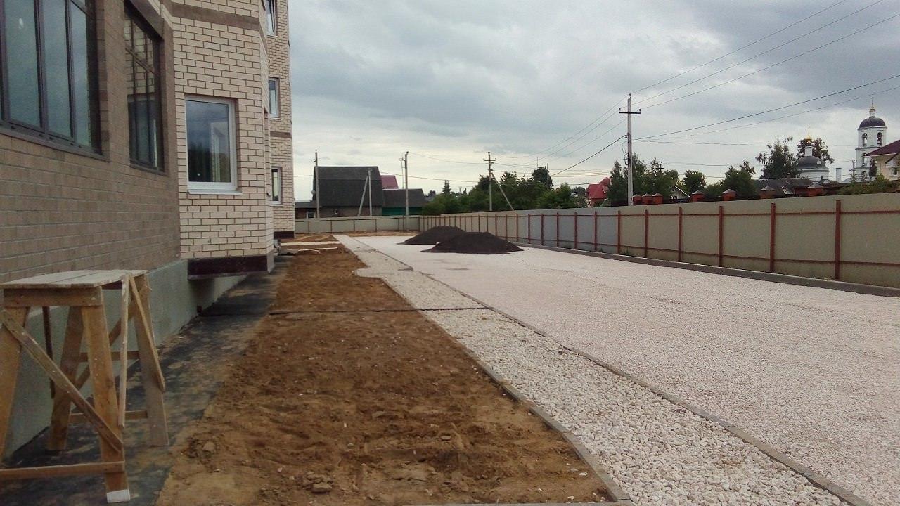 stroitelstvo dorogi za k 2 - 8 июня 2018 / Территория - за домами 2, 4 и 6 завершаются работы по увеличению парковочного пространства