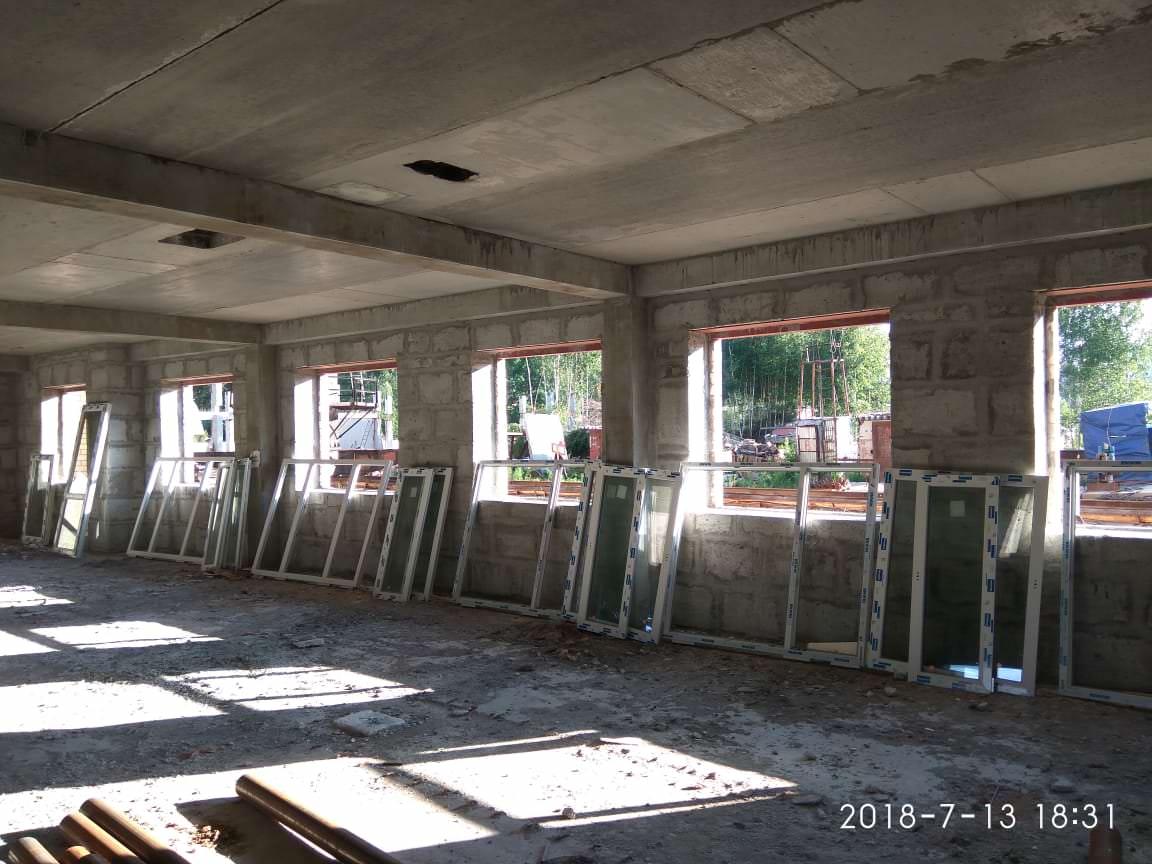 korpus 10 s 2 etazh 2 - 13 июля 2018 / Дом 10 - Производится подготовка к остеклению 1-го этажа