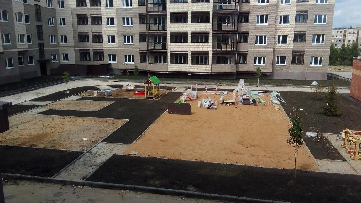 dvor k 6 - 24 мая 2018 / Территория - Производятся работы по сборке детской площадки у дома 6
