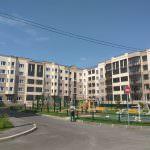 korpus 6 dvor 150x150 - Дом 8 - Производится монтаж декоративных панелей цокольного этажа
