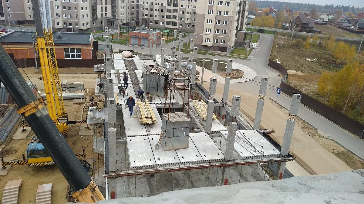 korpus 7. - Дом 7 - Производится укладка плит-перекрытий 2-го этажа